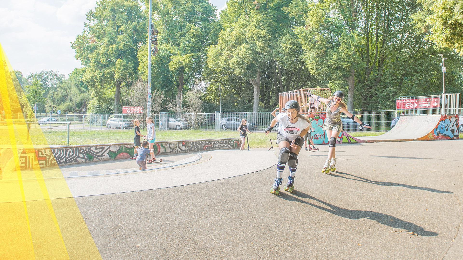 Linda IJmker promoot zonnepark op rollerskates
